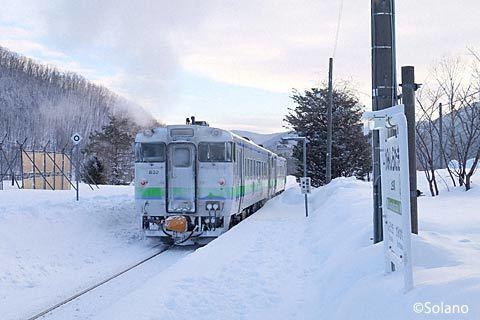 上白滝駅を出発する石北本線下り普通列車4621D