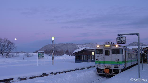 早朝の上川駅で出発を待つ、石北本線網走行き普通列車