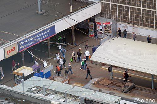 ホテルから見たモスクワ・キエフ駅、列車から下車した人々