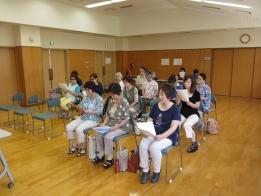 健康教室で地域の民謡を