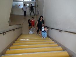 荷物を担いで階段を
