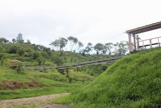吊り橋と墨の塔