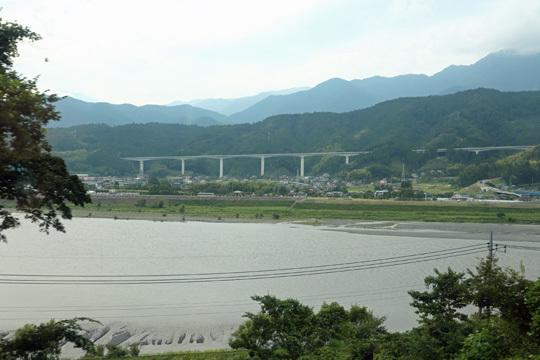 富士川と建設中の中部横断自動車道
