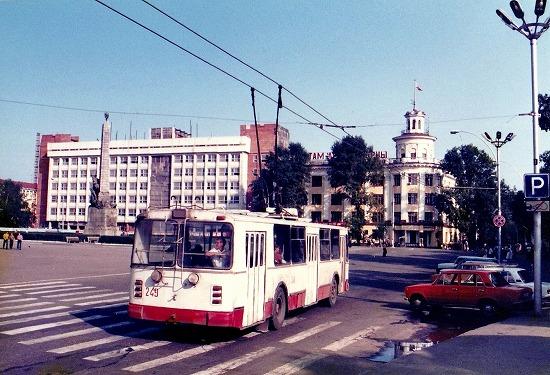 ②市内を行くトロリーバス