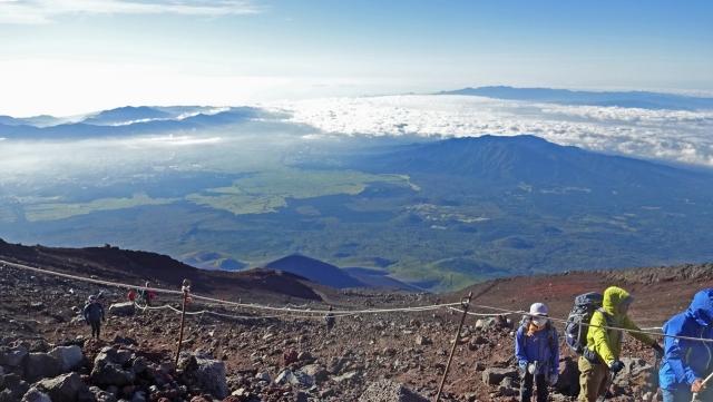 6登山者とすそ野と雲海