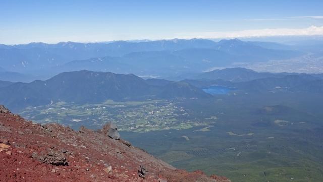 7田貫湖と毛無山の奥には南アルプスの山並み