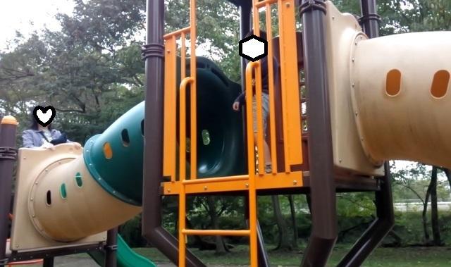 遊具滑り台とママ-1