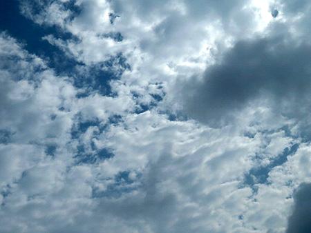 814雲の合間から