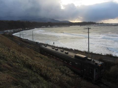 日本海沿岸を行くキハ54形気動車(増毛~箸別)