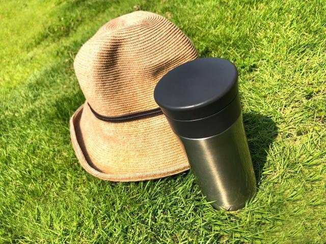 水筒 帽子 芝生