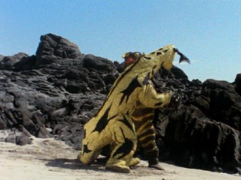 岩場で戦うキーラーとエレキング