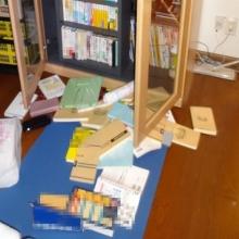 2Fの書棚の扉が開いて、本等が飛び出てきました。