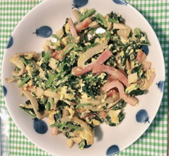 ベーコンとエリンギ、ほうれん草を炒めて卵とじ