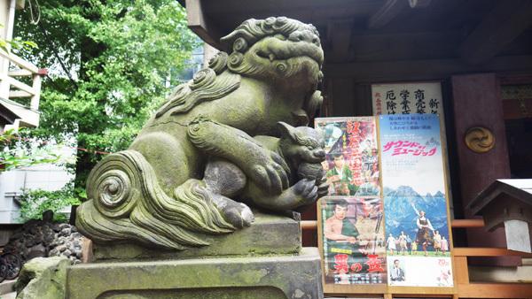 狛犬と映画のポスター