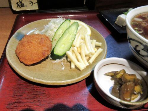 フライ、生野菜、漬物