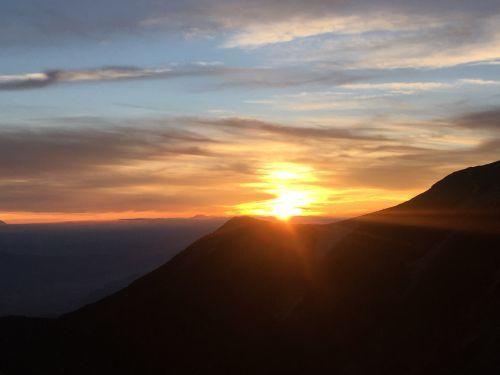 赤岩の頭に沈む夕日