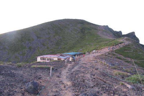 台座の頭と硫黄岳山荘