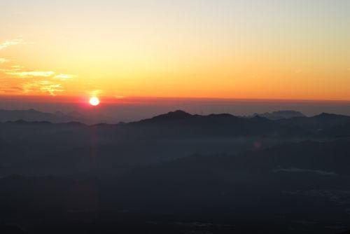 両神山と御座山と日の出