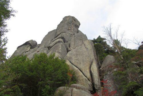 下から見上げる大ヤスリ岩