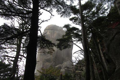 横から見た大ヤスリ岩