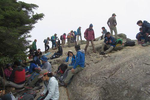 混雑する山頂