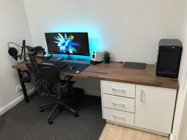 PC_Desk_UltlaWideMonitor35_70.jpg