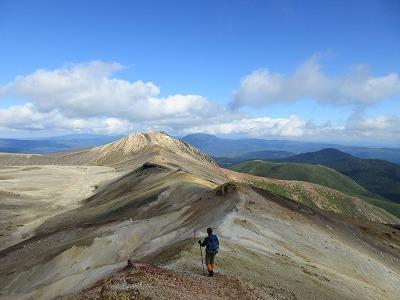 雌阿寒岳湖畔コース登山道下山中2