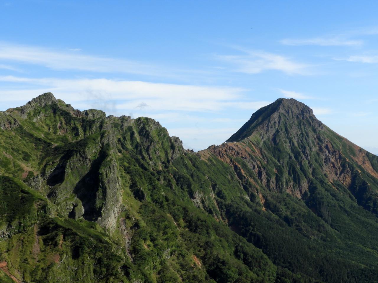 硫黄岳から赤岳を望む