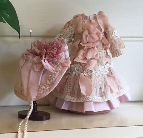 薄いリボンで飾ったドレス